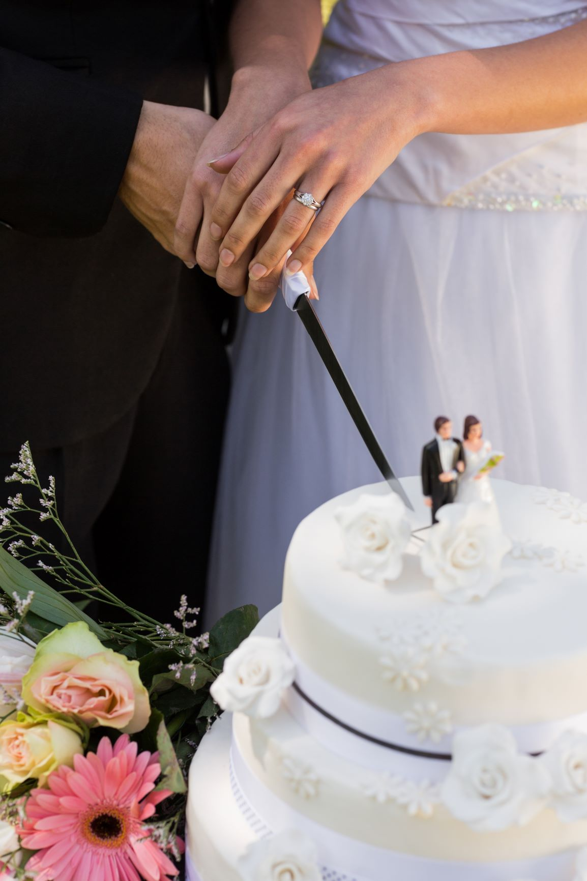 iStock-843752460 couple cutting cake small
